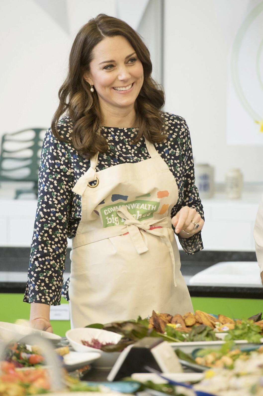 LAGDE MAT: Hertuginne Kate var ikledd et forkle da hun lagde mat til Commonwealth Big Lunch ved St. Luke's Community Centre i London 22. mars. Foto: NTB Scanpix