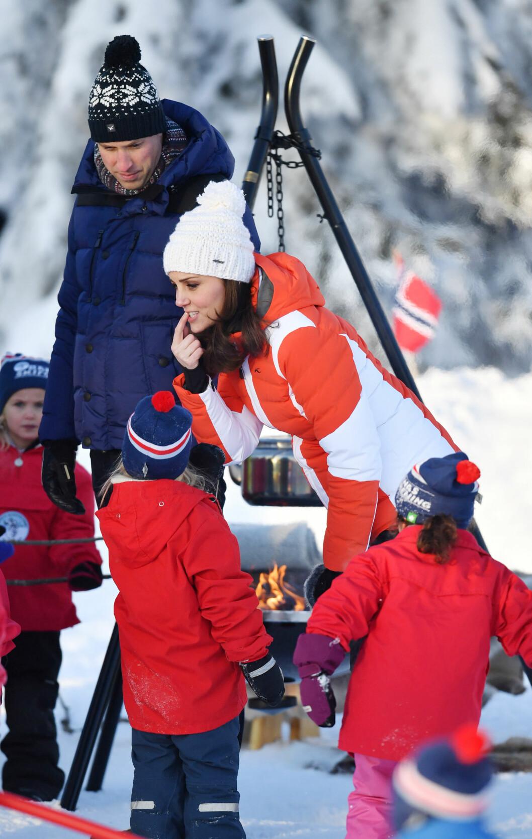I NORGE: Hertugparet av Wales var på sitt aller første offisielle oppdrag i Norge 1.-2. februar. Her fra sitt besøk på Øvresetertjern ved Tryvann. Foto: NTB Scanpix