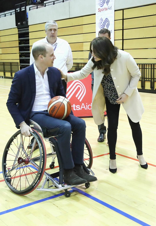 HEIA, HEIA: Hertuginne Kate ga ektemannen et klapp på skulderen da han testet ut rullestolbasket på Copperbox Arena i London 22. mars. Foto: NTB Scanpix
