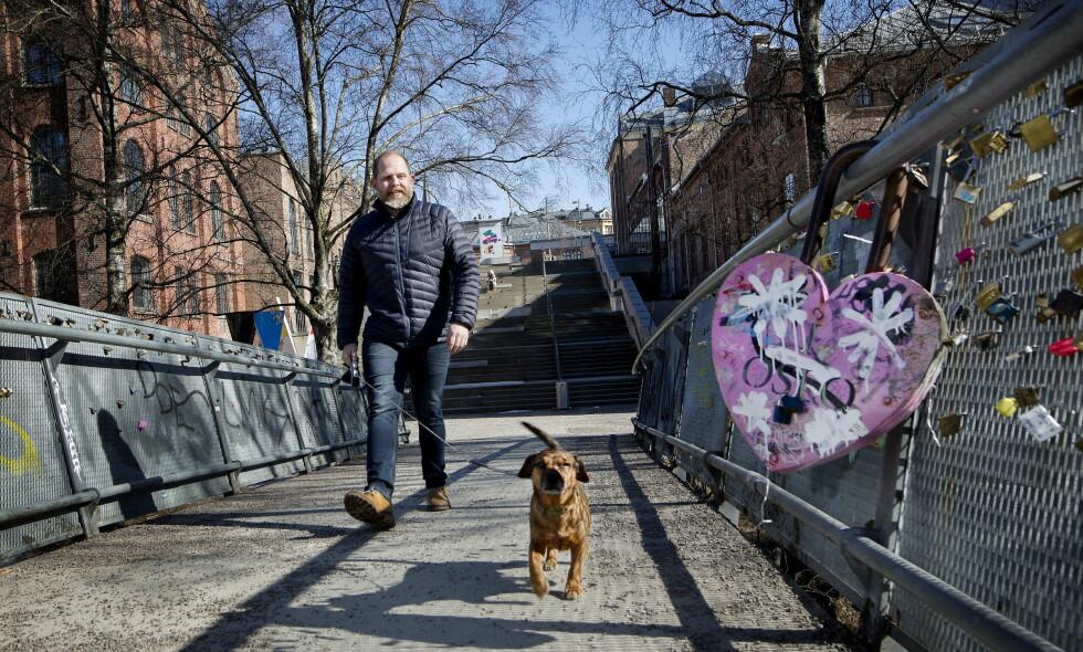 BONUSSAMBOER: Truls Svendsen sammen med hunden Dexter, som tilhører kjæresten Charlotte. - Jeg var heldig som fikk han flyttende på kjøpet, sier han om den nye firbeinte samboeren. Foto: Anita Arntzen / Dagbladet
