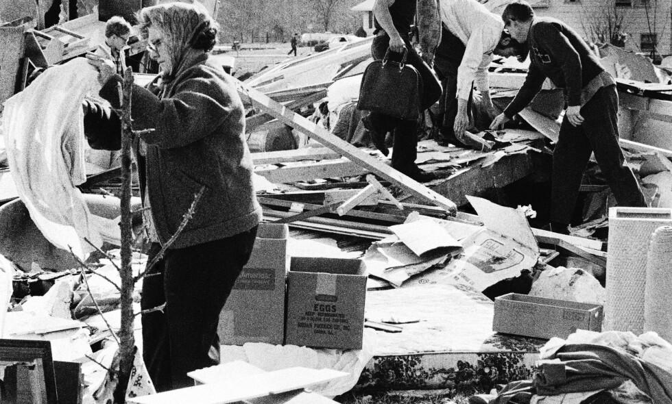 PÅ LETING: Beboere som har fått husene sine revet ned av en tornado i Decatur, Illinois, fjerde april 1974 leter etter eiendelene sine. Foto: AP Photo/KE/DH/ NTB Scanpix