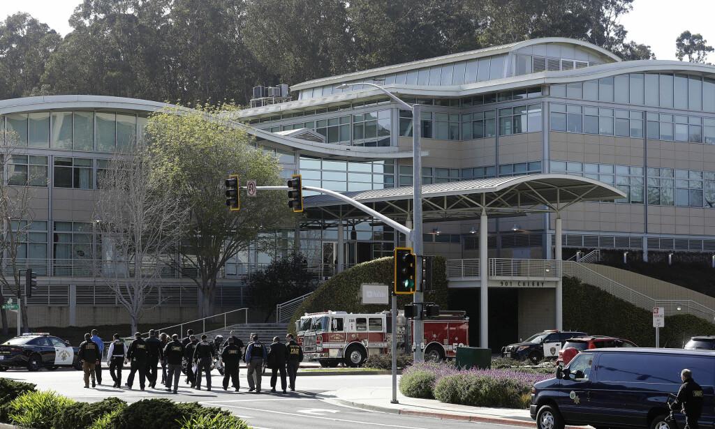STORE STYRKER: Store politistyrker tok seg i går kveld til YouTubes hovedkvarter i San Bruno, California. Foto: AP Photo/Jeff Chiu