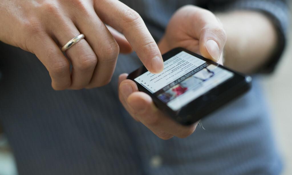 SØVNLØS: Lyste fra mobilskjermen kan faktisk ødelegge søvnen din. Foto: Berit Roald / NTB scanpix
