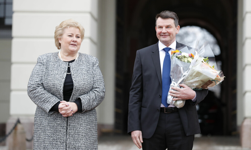 NY MINISTER: Erna Solberg og justisminister Tor Mikkel Wara på Slottsplassen etter ekstaordinært Ståtsråd. Foto: Cornelius Poppe / NTB scanpix