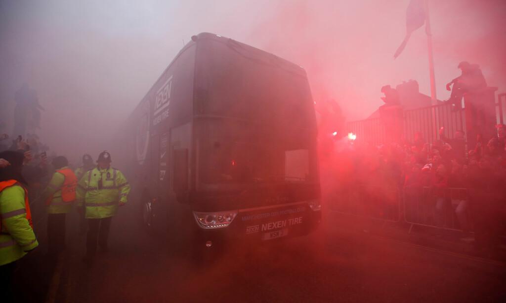 BRÅSTOPP: Det ble påført skader på Manchester Citys lagbuss. Foto: Reuters/Carl Recine