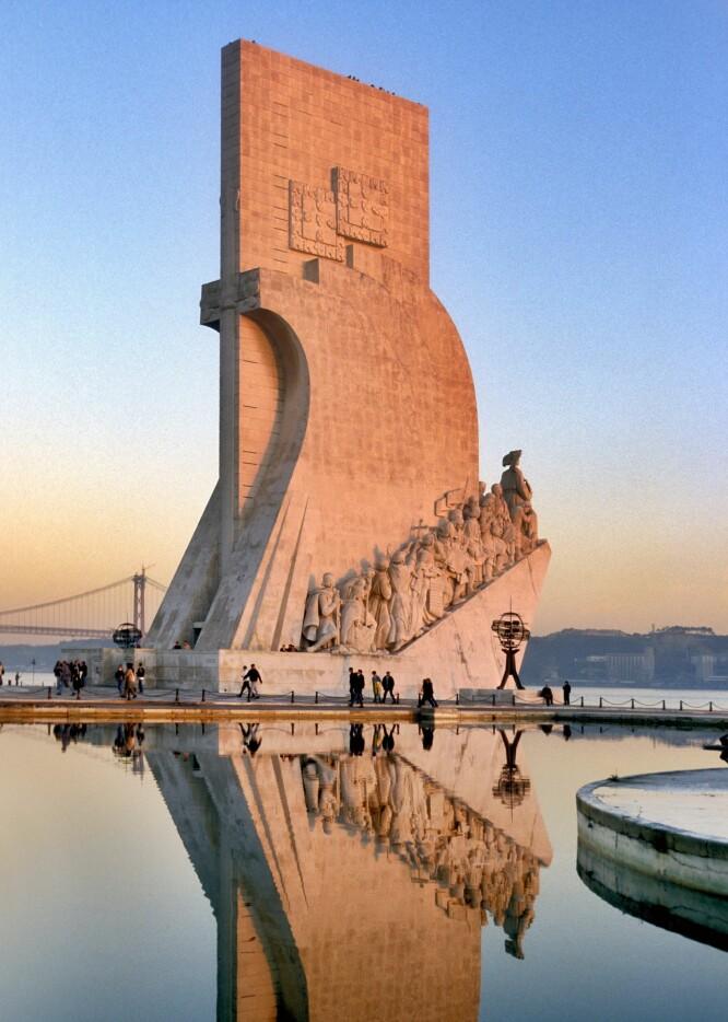 LISBOA: Dette monumentet står ved bredden av Tagus-elven i Lisboa til minne om landets oppdagere og sjøfarere. FOTO: NTB Scanpix