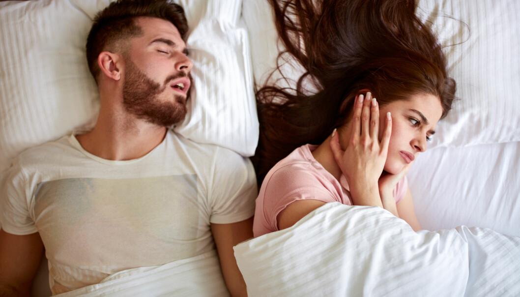 <strong>PLAGSOMT:</strong> Å ikke få sove på grunn av snorking er slitsomt. FOTO: NTB scanpix