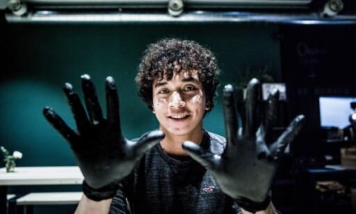 HANSKER: Du får utlevert hansker, men anmeldernes hender var litt for store. Det gikk
