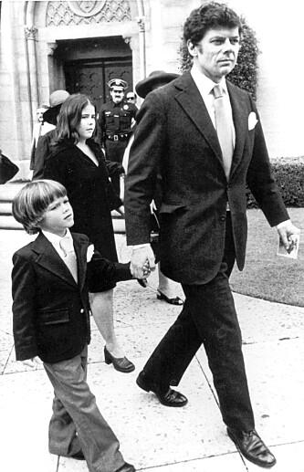 I SORG: Gordon Getty er den eneste av J. Paul Gettys sønner som lever i dag. Her er han med sønnen Andrew Getty, som gikk bort i 2015. Bildet er tatt i 1976, kort tid etter at J. Paul Getty gikk bort. Foto: NTB Scanpix