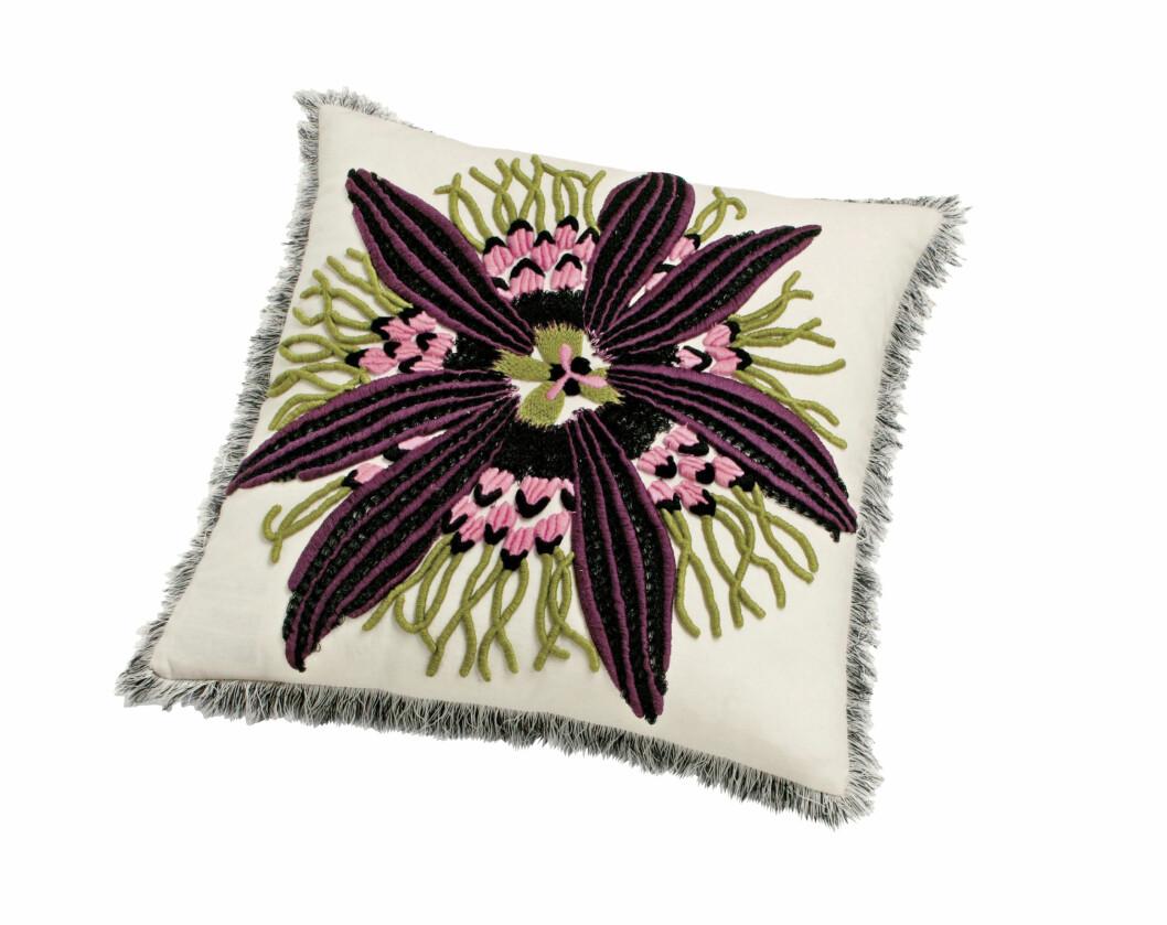 Puten «Passion Flower» med brodert motiv (kr 4300, Missoni Home).