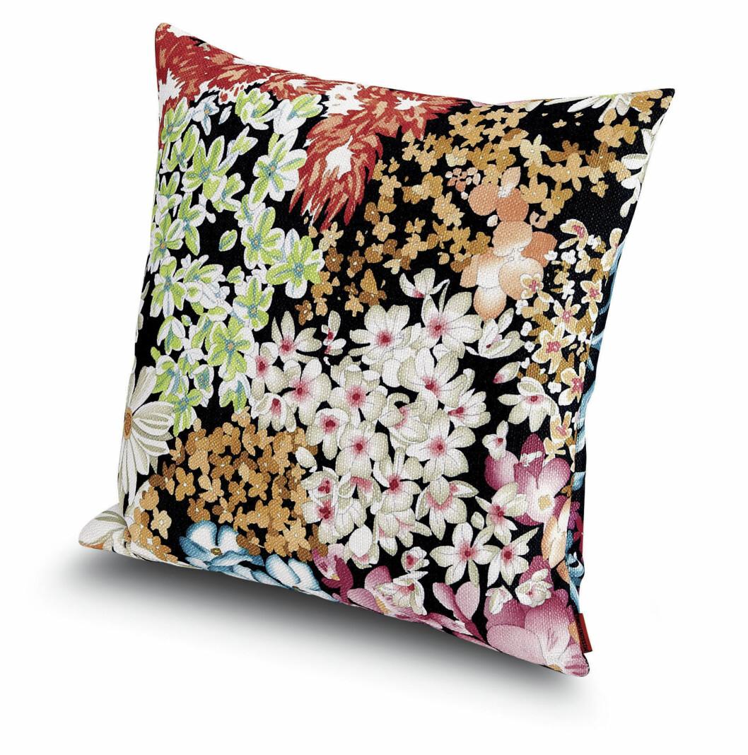 Ikke noe oser mer vår enn rikelig med blomster! Denne lekre puten heter «Suomi» (kr 1700, Missoni Home).