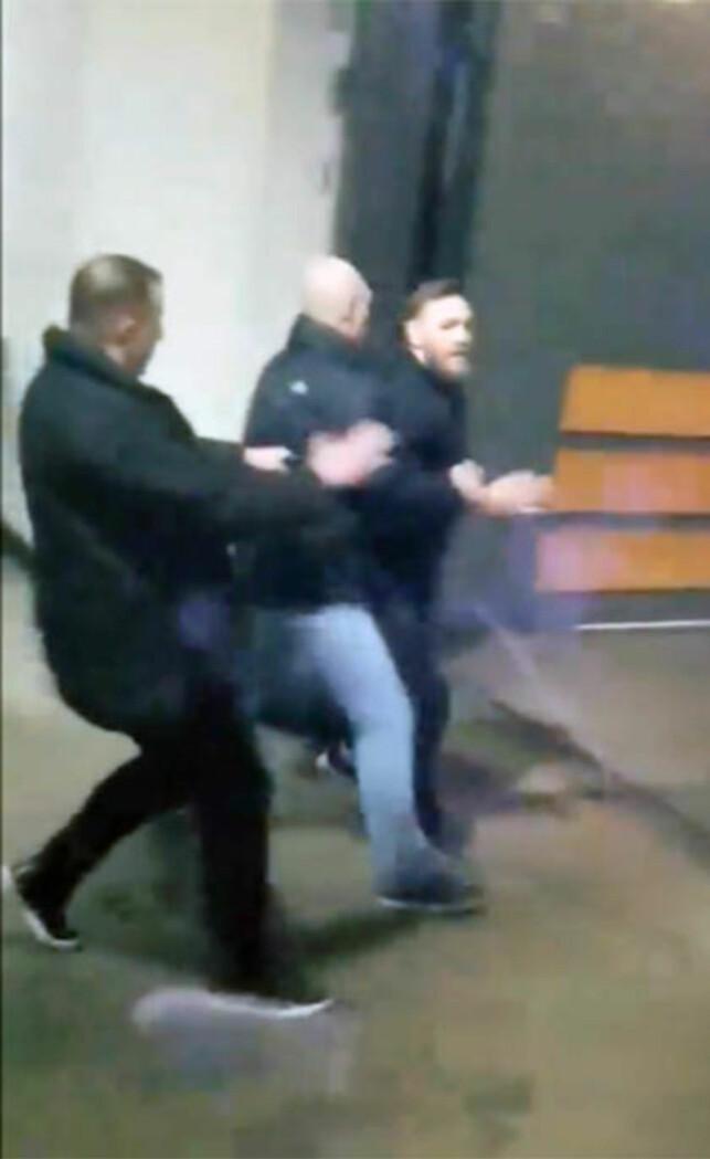 AMOK: McGregor gikk amok etter et pressetreff i Brooklyn torsdag. Én fighter skal ha fått kuttskader i angrepet. Foto: NTB Scanpix
