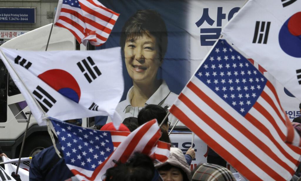 DEMONSTRERER: Tilhengere av Sør-Koreas ekspresident Park Geun-hye møtte fredag opp foran rettsbygningen i Seoul for å kreve at hun blir frikjent og løslatt. Foto: Ahn Young-joon /AP/ NTB scanpix