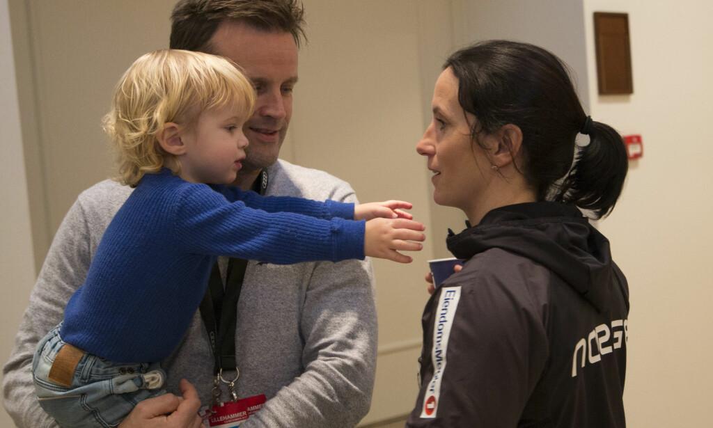 FAMILIEKOS: Marit Bjørgen legger skistavene på hylla, men skal ikke hvile på laurbærene av den grunn. Nå skal hun jobbe for en av sine største sponsorer, og tilbringe tid med familien. Her fotografert i Lillehammer i fjor. Foto: Geir Olsen / NTB scanpix