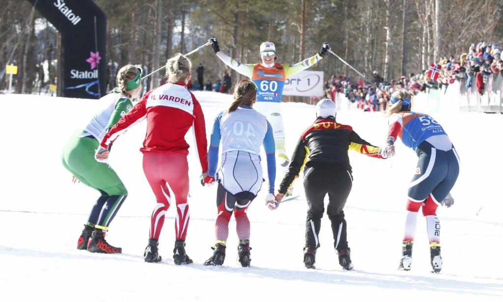 AVSLUTNINGEN: Marit Bjørgen gikk i dag karrierens siste skirenn på NM-tremila i Alta og fikk en velfortjent hyllest av verdens beste skijenter. Foto: Terje Pedersen / NTB scanpix