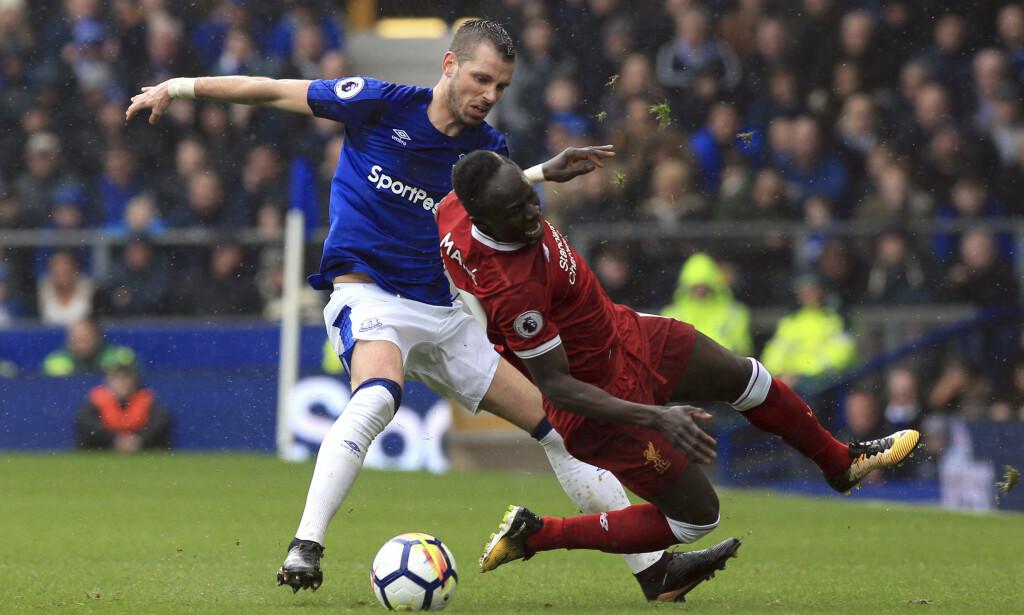 TETT: Evertons Morgan Schneiderlin i duell med Liverpools Sadio Mané i derbyet på Goodison Park. Kampen endte 0–0. Foto: Peter Byrne/PA via AP/NTB scanpix.