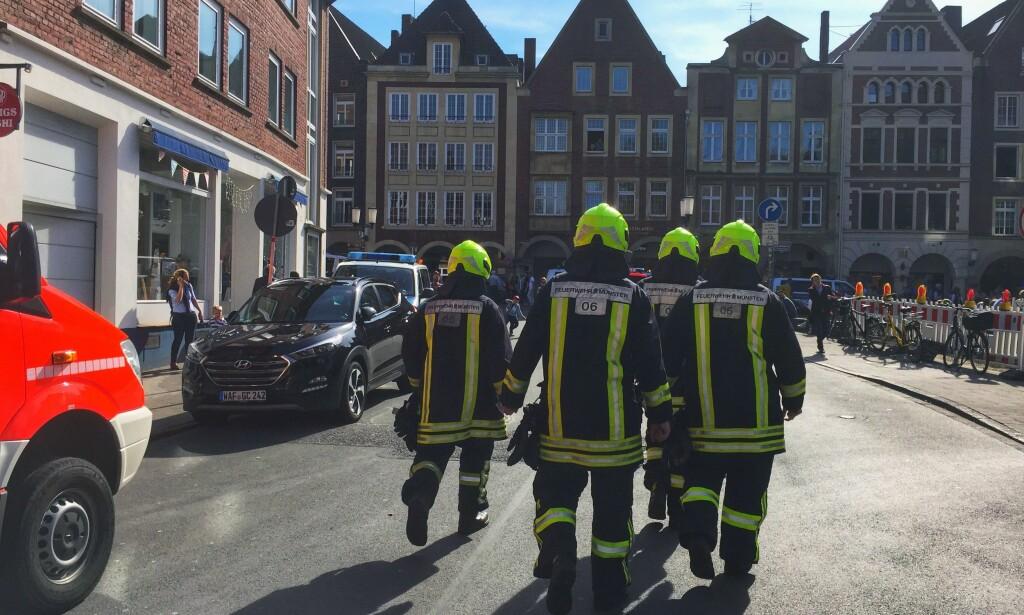 FLERE DREPT: Brannvesenet jobber på stedet hvor flere personer skal ha blitt drept etter at en bil kjørte inn i en folkemengde i den tyske byen Münster. Foto: AFP / Germany OUT / NTB Scanpix