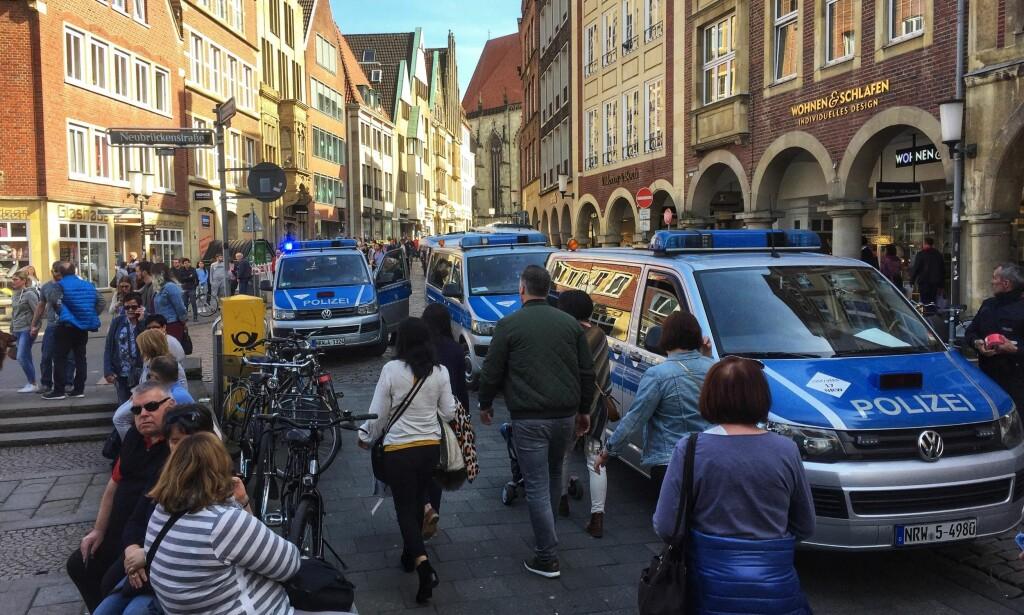 PÅ STEDET: Et stort antall politifolk er på stedet, og de er nå i ferd med å gjennomsøke kjøretøyet. Foto: DPA via AP / NTB Scanpix