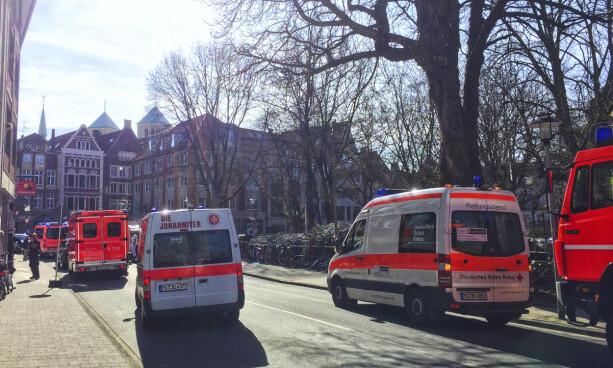 KJØRTE I FOLKEMENGDE: Nødetatene i gamlebyen i den tyske byen Münster. Flere skal ha mistet livet etter at en liten lastebil kjørte inn i en folkemengde lørdag ettermiddag. Foto: DPA via AP / NTB Scanpix