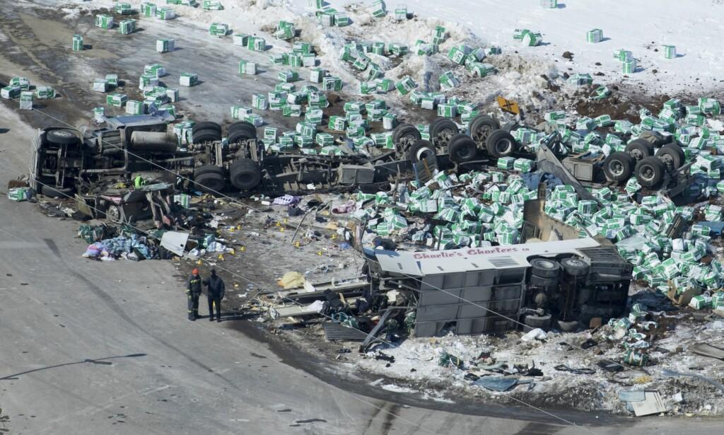 DØDSULYKKE: Ulykkesscenen på hovedveien nord for Tisdale i Saskatchewan-provinsen. Foto: Jonathan Hayward / The Canadian Press via AP / NTB scanpix