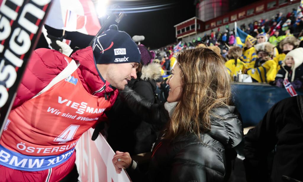 TAKK FOR EN GLAD TV-TID: Få har gjort mer for samle de norske TV-seerne rundt skiskyting enn Emil Hegle Svendsen. Samboer Samantha Skogrand får gi klemmen på vegne av oss alle. FOTO: Lise Åserud / NTB scanpix