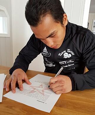 GULLKONTRAKTEN: Her signerer Bernard Torres kontrakten som har målet om å bringe ham til verdenstoppen i proffboksing. Foto: Maravillabox