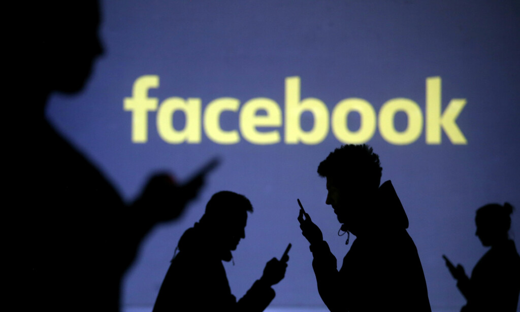 SENDER UT: Facebook sender fra klokka 18.00 i dag informasjon om du er rammet av Cambridge Analytica-skandalen eller ikke. I tillegg vil den gi deg mer kontroll over hvem du deler din Facebook-informasjon med. Foto: REUTERS/Dado Ruvic/NTB Scanpix