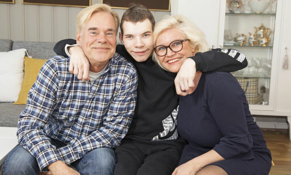 INGEN GRENSER: Foreldrene Jan og Kathleen er glade for at de aldri lot andre enn Oscar selv sette grenser for hva han kan lære og gjøre. Foto: Morten Eik og privat