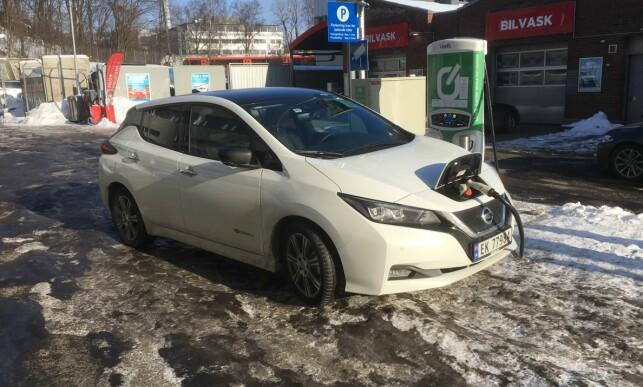 """NESTEN HURTIG: I minus åtte tok det en time å """"fylle på"""" 25,4 kWt. Foto: Knut Moberg"""