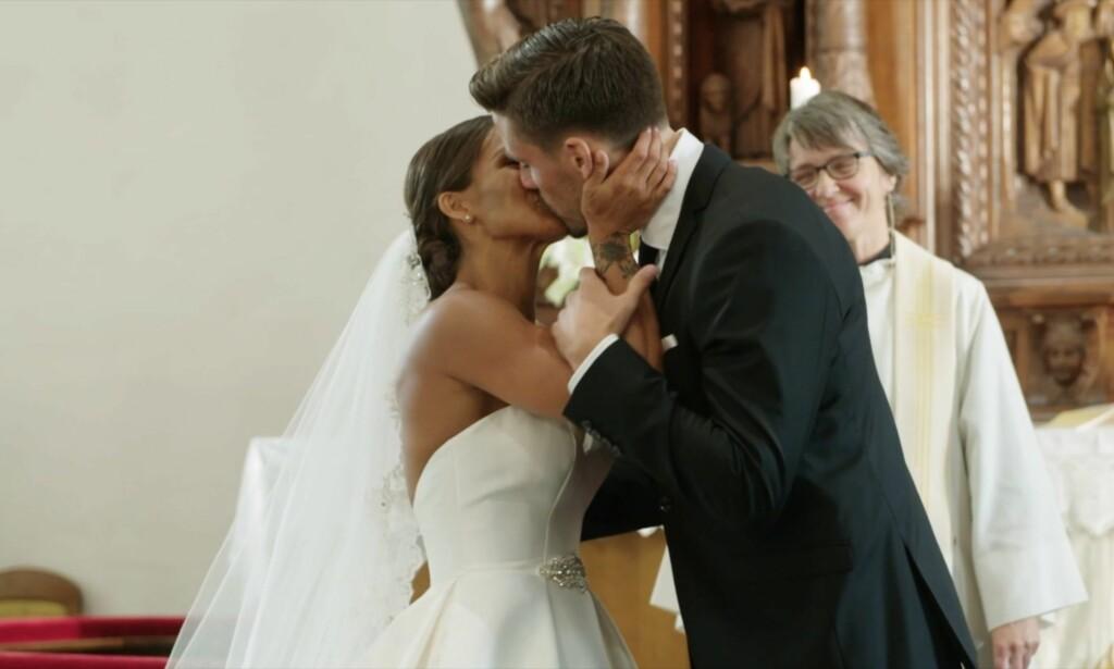 NYGIFT: Her har de to turtelduene gitt hverandre sitt ja etterfulgt av et kyss. Foto: TV 2