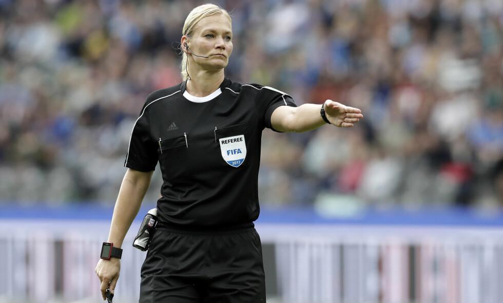 FÅR BEKLAGELSE: Bibiana Steinhaus er den første kvinnen som dømmer i Bundesliga. Foto: AP Photo/Michael Sohn
