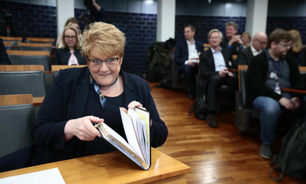 MOTTOK RAPPORT: Kulturminister Trine Skei Grande (V) mottok tirsdag Medietilsynets rapport om NRKs ansvar for mediemangfoldet. Foto: Lise Åserud / NTB scanpix