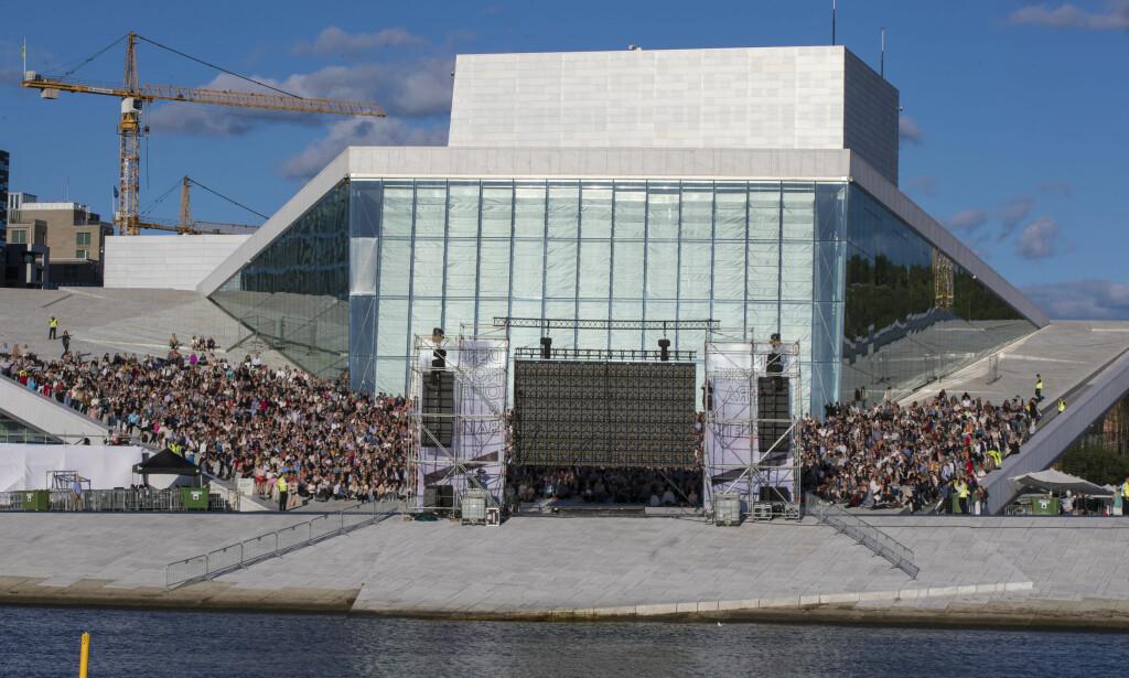 UTE-OPERA: I fjor fikk publikum se Puccinis kjente opera Tosca på stormskjerm på Operataket i kveldssola. Operataket er en populær kulturarena. 4000 gratisbilletter var lagt ut til forestillingen, og alle ble benyttet. Foto: Vidar Ruud / NTB scanpix