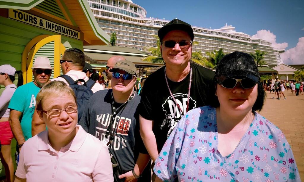 PÅ CRUISE: Gjengen i Tangerudbakken reiser på cruise i Karibia. Med seg har de foreldre og søsken, og Hege-Anette har med seg reservemoren sin Solveig.