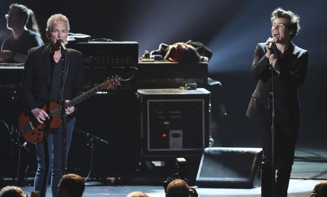 STJERNEMØTE: Lindsey Buckingham under en opptreden med popartist Harry Styles tidligere i år. Foto: Evan Agostini / NTB scanpix
