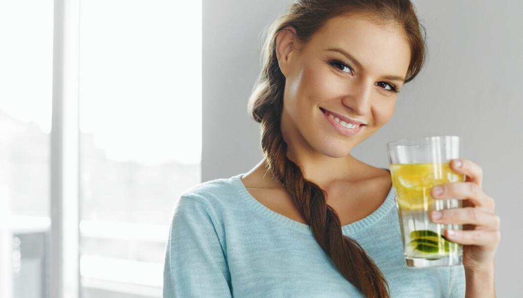 SITRONVANN: Lunkent eller varmt vann med sitronjuice er supertrendy, men at det øker forbrenningen stemmer dessverre ikke. FOTO: NTB Scanpix