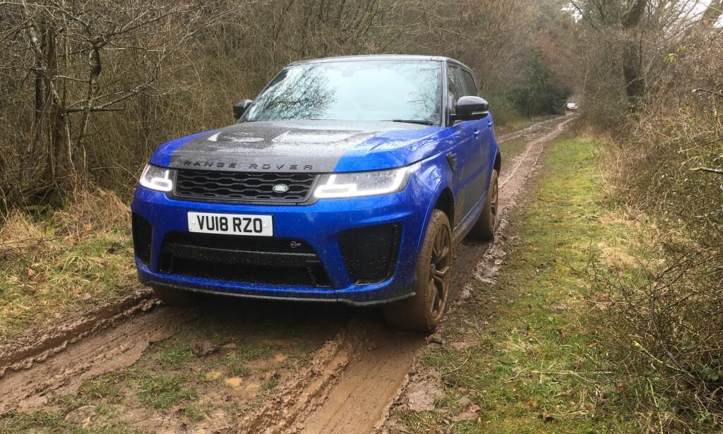 SLEIPT: På sommerdekk i gjørme glattere enn snø er man glad for fremkommeligheten Range Rover med rette er så berømt for. Foto: Knut Moberg