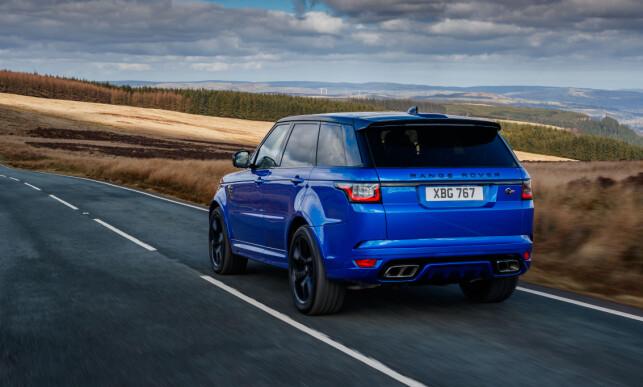 KRAFTKAR: Sterk som en bjørn, stor og kraftig - det er Range Rover Sport. Og med SVR-drivlinjen piler den dessuten avgårde som en sprinter, om du vil. Foto: Land Rover
