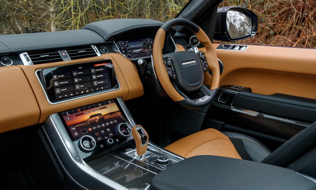 SPORT-LUKSUS: Tre digitale skjermer, vakkert integrert blant edelt skinn, aluminium og karbonfiber. Range Rover, også som Sport SVR, kombinerer luksus og høyteknologi på en elegant og sporty måte.