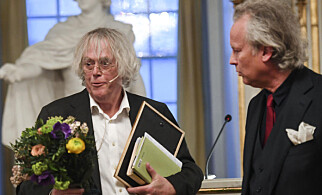 GIKK AV: Den svenske forfatteren Klas Östergren (til høyre) har vært medlem av Svenska Akademien siden 2014. Fredag trakk han seg fra komiteen. Her avbildet med den norske forfatteren Dag Solstad i fjor, da sistnevnte mottok Akademiens nordiske pris for 2017. Foto: NTB scanpix