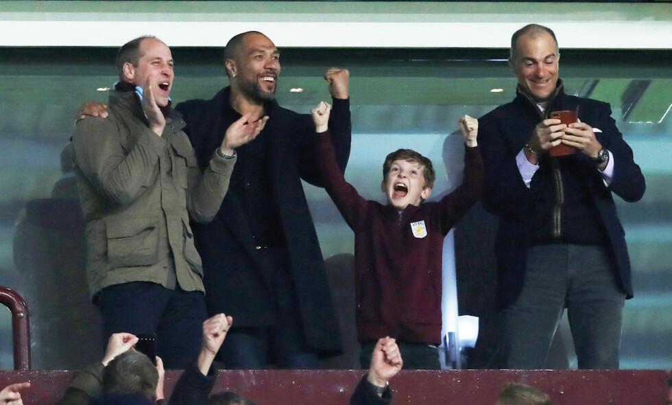 JUBLET: Prins William og John Carew så ut til å komme godt overens under fotballkampen. Foto: NTB scanpix