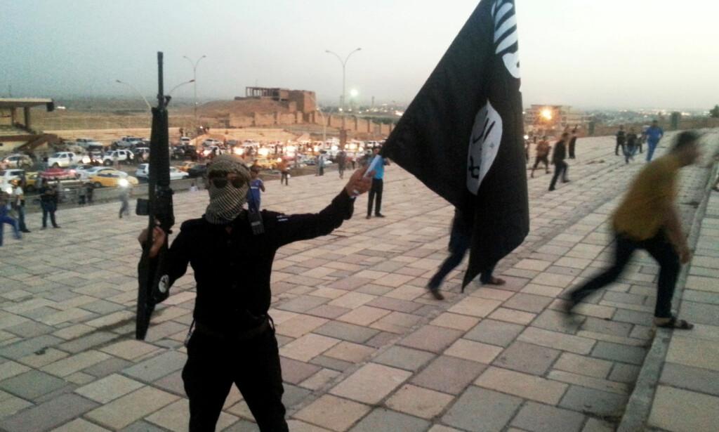 BARN I LEIRE: En av krigerne fra terroristorganisasjonen IS i Mosuls gater for fem år siden. Nå er mange av krigernes koner og barn i leire. Flere titall av dem er norske statsborgere. Foto REUTERS