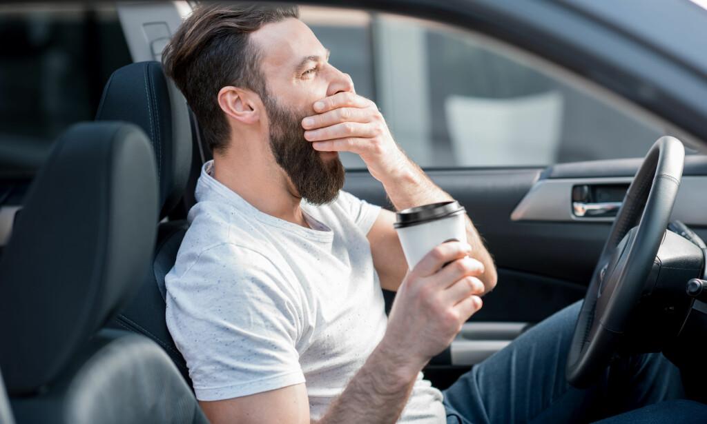 KAFFETØRST: Må du drikke kaffe for å fungere før klokka 12 på formiddagen? Det er et tegn på at du sover for dårlig, mener den amerikanske søvnforskeren Matthew Walker. Foto: NTB Scanpix.