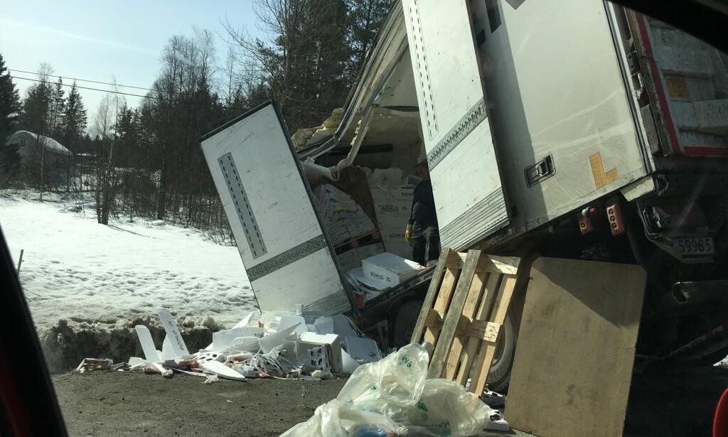 ANMELDT: Sjåføren av den første lastebilen har blitt anmeldt for uaktsom kjøring. Foto: Øistein Norum Monsen