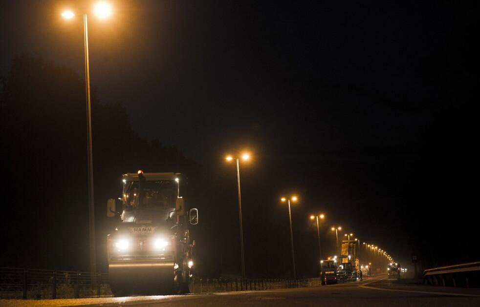 <strong>NY ASFALT 2018:</strong> Det blir lagt over 3.000 kilometer ny asfalt det kommende året. Mye av arbeidet vil foregå på kvelds- og nattestid. Bildet er fra asfaltering på fylkesgrensa mellom Akershus og Buskerud i 2011. Foto: NTB Scanpix