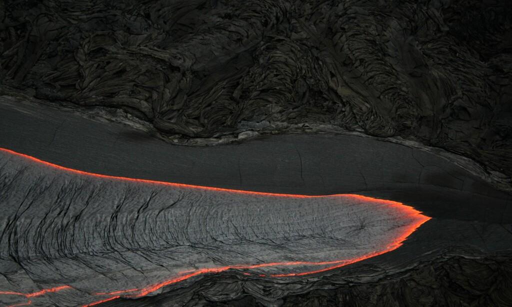 SPOR I STEIN: Henrik H. Svensen leter etter spor i stein og eldgamle vulkaner, for å finne ut hva som forårsaket tidenes største masseutryddelse. Bildet viser en lavastrøm fra Hawaii, under et utbrudd i juli 2017. Foto: FRA BOKA / WIKIMEDIA COMMONS