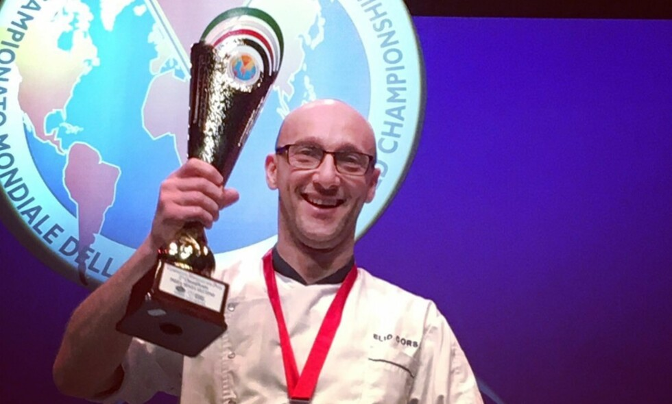 I VERDENSKLASSE: Elia Corsi vant torsdag sølv i pizza-VM for sin glutenfrie pizza. Foto: Tobias Schelin
