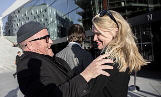 GJENSYN: «Operafantomet» Per Sundnes kaster seg over musikalprodusent i Scene Kvelder, Karianne Jæger, utenfor Operaen. Foto: Tomm W. Christiansen