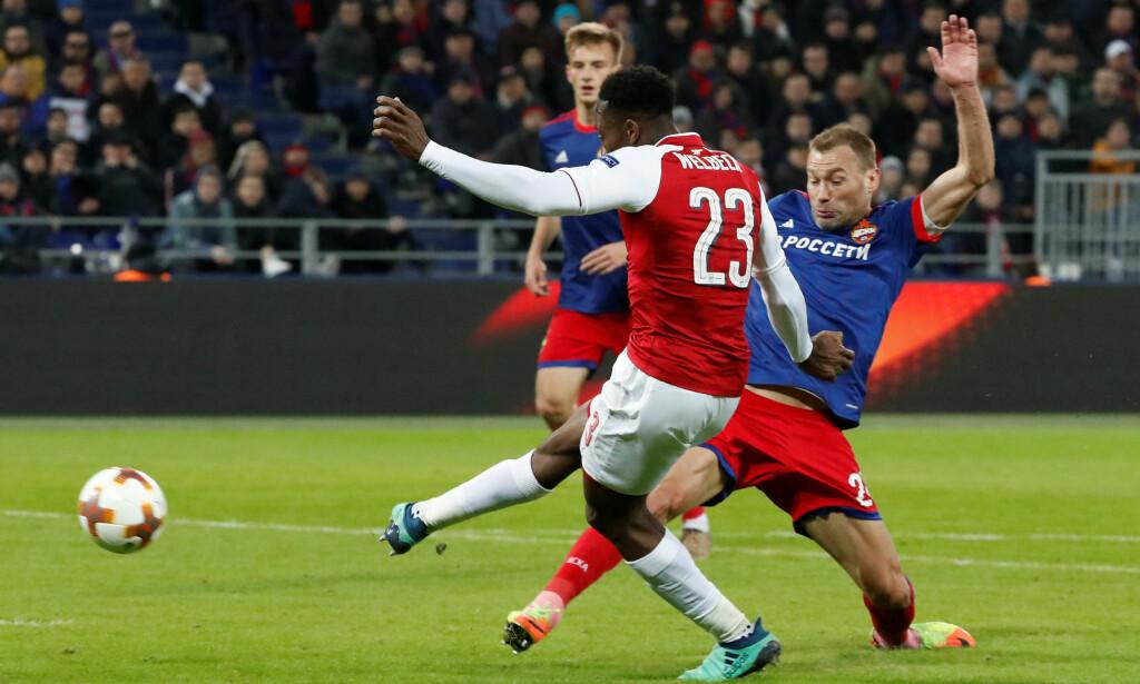 SIKKER: Danny Welbeck skrur ballen bort i lengste kryss og sikrer at Arsenal tok seg videre til semifinale i Europa League på bekostning CSKA Moskva. Foto: REUTERS/Grigory Dukor/NTB Scanpix