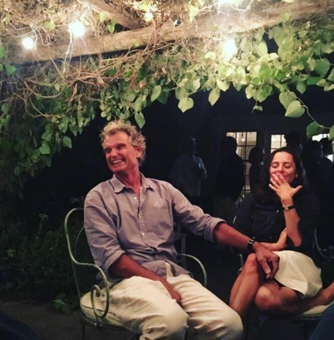 GIFT: I desember 2017 giftet Ariel Levy seg med den sør-afrikanske legen John Gasson som behandlet henne etter spontanaborten i Mongolia i 2012. Her er paret fotografert sammen i New York. Foto: Skjermdump fra Instagram (@arielvlevy) med tillatelse fra Ariel Levy